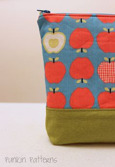 Simple Zippered Pouch - a Tutorial - Simple DIY Crafts Diy Pouch No Zipper, Zipper Pouch Tutorial, Zipper Bags, Clutch Tutorial, Purse Patterns, Sewing Patterns, Patchwork Patterns, Patchwork Bags, Quilting Projects