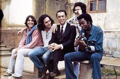 Juscelino Kubitschek sentado ao lado de Lô Borges, Fernando Brant, Márcio Borges e Milton Nascimento