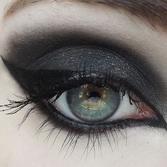 Black Metal Bat wing eyeliner n Smokey eyeshadow: (Black w/ silver sparkle) Whether you're from the grim and frostbitten forests of Norway, or you just really dig a good, sultry black, this color will not disap – Das schönste Make-up Emo Makeup, Gothic Makeup, Dark Makeup, Eye Makeup Tips, Skin Makeup, Makeup Art, Beauty Makeup, Makeup Ideas, Makeup Emoji