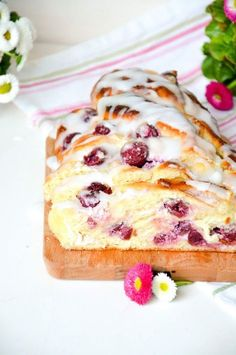 Vanille-Kirsch Topfen-Hefezopf - Baking Barbarine Super loose yeast braid filled with vanilla curd cheese and . Delicious Cake Recipes, Yummy Treats, Sweet Recipes, The Joy Of Baking, Austrian Recipes, Gateaux Cake, Seasonal Food, Great Desserts, Tea Cakes