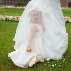 'Bij het maken van een trouwreportage werk ik bij voorkeur zonder al te veel aanwijzingen, zodat een spontane, intieme serie trouwfoto's ontstaat.' HandS Trouwfotografie op www.huwelijk.nl.