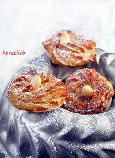 """Marzipanis sind kleine Marzipantuffs, die auf Oblaten gebacken werden und sie sind ganz sicher kein klassisches Weihnachtsplätzchen! Ich liebe diese kleinen Dinger, weil sie zum mit ihrer zarten Orangennote und dem Zimt im Rezept etwas ganz Anderes sind als das … <a href=""""http://herzelieb.de/marzipinis-rezept-marzipan-kekse-plaetzchen/"""">Weiterlesen</a>"""