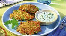 Zucchini-Möhren-Puffer mit Minzjoghurt | aponet.de Ricotta, Zucchini Puffer, Pasta, Meat, Chicken, Food, Tomato Salad Recipes, Chef Recipes, Chickpeas