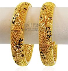 Kada is magnificently designed in a net pattern with detailed filigree work and traditional meenakari color work. Bangle (kadas opens with screw and hinge mechanism to fit most wrist size. Gold Ring Designs, Gold Bangles Design, Gold Earrings Designs, Gold Jewellery Design, Gold Jewelry Simple, Bangle Set, Bangle Bracelets, Filigree, Jewels