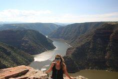 """Eu e os meus desfiladeiros amo muito este mundão!  Foto tirada no topo de Flaming Gorge.  Para acessar o roteiro completo procure pelo post """"Flaming Gorge paraíso entre Utah e Wyoming"""" dentro do menu Américas/Estados Unidos/Utah em http://ift.tt/1ZbGH4z  #flaminggorge #utahphotography #utahgram #utah #usa #estadosunidos #pegadasnaestrada #missaovt #vocenooff #lifeelevated"""