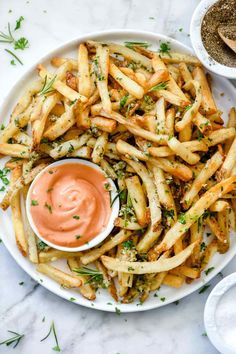 Killer Garlic Fries with Rosemary via Foodie Crush! This copycat recipe of the famous Gordon-Biersch garlic fries couldn't be easier to make at home, and because they can be baked in the oven or the air fryer, they're a healthier version, to I Love Food, Good Food, Food Goals, Aesthetic Food, Food Cravings, Food Inspiration, Food To Make, Healthy Recipes, Garlic Recipes