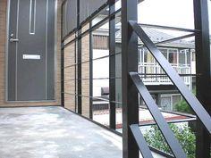 新しいアパートに新設された鉄骨廊下