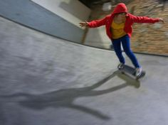 """DPA Artikel  """"Nicht schlecht für ein Mädchen"""": Das ist noch der harmloseste unter den doofen Sprüchen, die Frauen in der Skateboard-Szene gehört haben. So erzählt es Anna Groß. Die Berlinerin setzt sich wie ihre Mitstreiterin Yvonne Labedzki dafür ein, dass sich immer mehr Frauen und Mädchen aufs Brett trauen."""