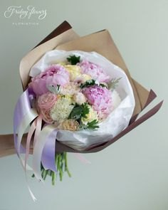 Gorgeous summer gift bouquet (peonies, garden roses).  Роскошный букет из свежих цветов (пионы, пионовидные розы).