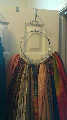Use of shower curtain rings & a belt hanger for a scarf hanger. Organisation Hacks, Scarf Organization, Organizing Tips, Tank Top Organization, Organising, Organizar Closets, Organiser Son Dressing, Scarf Hanger, Belt Hanger