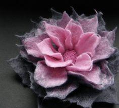 Rosa und Stahl grau Filz Blume Pin Brosche, Gefilzte Blume, graue Blume