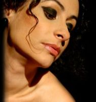 """O """"Projeto Cabaret"""", da cantora Biah Carfig, se apresenta em todas as quartas do mês de março, na vitrine de dança da Galeria Olido, às 19h. A entrada é Catraca Livre. A cantora apresentará trechos de musicais da Broadway, canções antigas, valsas brasileiras e chorinho."""