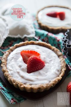 5-Ingredient No Bake Strawberry Tart - A quick & east treat perfect for Valentine's Day, made with only five ingredients! Delicious & healthy! // Tried and Tasty