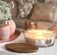 """La bougie WoodWick """"campfire marshmallow"""" qui sent juste trop bon, si vous aimez la marshmallow fireside de chez Bath&bodyworks vous allez adorer celle ci. Pour moi limite ce sont des dupes mais celle ci a un avantage de taille c est que la mèche crépite mais vraiment, on dirait un feu de cheminée, c est super agréable et que dire de son design  #woodwick #woodwickcandle #ellipse #bougie #blogger #blog #bbw#bathandbodyworks #bougieparfumee #candle #candleaddict #marshmallow"""