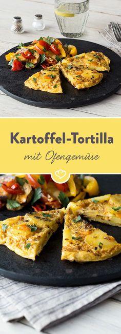 Die spanische Version des Omeletts wird mit Kartoffeln und Käse zubereitet und ist mit saftig-aromatischem Ofengemüse serviert einfach unwiderstehlich.