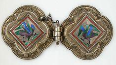 Agraffe (catenaccio) usato per fissare un mantello o mantello. Questo esempio eccezionale è in perfette condizioni. Gli uccelli in smalto traslucido strettamente corrispondono a smalti creati circa 1300, che sono ora nel Tesoro della Cattedrale di Colonia e che ha ispirato la Colonia orafo Gabriel Hermeling.