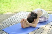Diez posturas de yoga para principiantes: Postura de la cabeza en las rodillas (Paschimottanasana)