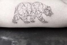 Une sélection des magnifiques créations deNeo Tattoos, un artiste tatoueur suisse, basé àZürich, qui réalise des compositions géométriques complexes