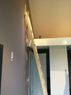 laddertjes.net: Hoge vide met dwarsgeplaatste trap Stairway To Heaven, Location, Stairways, Tiny House, Loft Ladders, Cabinet, Storage, Interior, Bedrooms