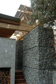 Lindale Beach House with Gabion Spine in New Zealand by Herbst Architects Architecture Details, Landscape Architecture, Interior Architecture, Landscape Design, Exterior Siding, Interior And Exterior, Retaining Wall Design, Casa Loft, Gabion Wall