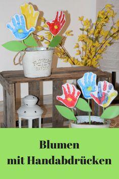 Endlich Frühling: Mit Kindern schöne Blumen basteln, aus Handabdrücken. mit Fingerfarben malen. DIY Blumen für drinnen und draußen. Auch eine schöne Idee für den muttertag | Handprint flowers , crafting with Kids for the springtime