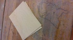 3. Nederland afgemaakt en twee houten platen uitgesneden voor de handen