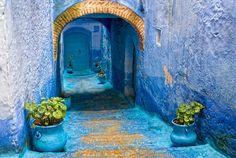 Este es el barrio viejo de la ciudad de Chefchaouen o Chaouen, ubicada en el norte de Marruecos, cerca de Tetuán. Esta ciudad cuenta con una rica historia, así como un bonito entorno. Aunque de lo que te hablaremos hoy, es de su maravillosa arquitectura y más específicamente de lo llamativas que