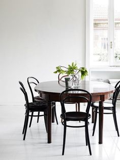 Beautifully simple dining space of a Swede living in Italy. / credits: Jonna Kivilahti /Krista Keltanen.