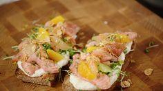 Soms kan eenvoudig heel erg lekker zijn: een snelgemaakt citrusdrankje met een toast en in citrus gemarineerde zalm. Een zomerse variatie op de Scandinavische gravad lax.