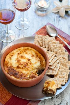 Ένα υπέροχο ορεκτικό με τυριά για το γιορτινό τραπέζι. Μια απίθανη στρώση από μπρί, κασέρι και τυρί κρέμα λιωμένα σαν φοντύ, κάθεται πάνω σε μια στρώση από καραμελωμένα κρεμμύδια, αργομαγειρεμένα και σβησμένα με μπαλσάμικο. Πιάστε ένα κράκερ…