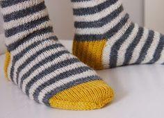 Pakkohan minun oli neuloa toiset sukat, kun tyttöjäkin on kaksi. En sentään samanlaisia, vaan toiset suosikkini, eli raitasukat. Ja s...