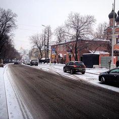 Москва - это конечно не только Кремль и все что вокруг. Я лично люблю районы старой Москвы на холмах. С церквями и небольшими домами. Там знаете ли свой неповторимый шарм. #москва #насемихолмах #стараямосква #ретро #гуляюпомоскве