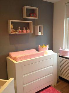 Iets anders dan een standaard plank voor boven de commode Nursery Wall Decor, Nursery Room, Baby Bedroom, Girls Bedroom, Baby Drawer, Nursery Accessories, Baby Co, Baby Time, Baby Pictures