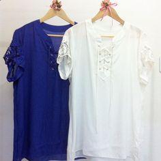 """Look blusa com guipir na manga e ilhós com trançado nas cores branca e royal da coleção """"Doce Vida"""" do Verão 2016 da Kléofa."""