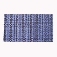 Mantel individual de lienzo estampado. El denim es uno de los textiles más usado en el mundo, ¿por qué no llevarlo a la mesa?. Canchero, juvenil; con algo de rock y algo de punk. Es unisex y combina con todo.