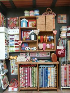 Fabric store in miniature Miniature Quilts, Miniature Rooms, Miniature Crafts, Miniature Furniture, Doll Furniture, Barbie Monster High, Diy Dollhouse, Dollhouse Miniatures, Dolls House Shop