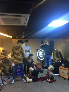 Dowoon and Jae. Omg i totally love this picture ps everyone else is like umm yeah this is normal lol