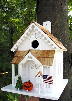 Lovely functional holiday birdhouse has decorations for all 4 seasons!