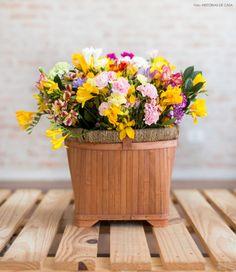 Aprenda a montar um cesto com flores coloridas que são a cara da primavera!
