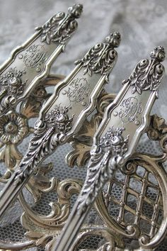 Rosamaria G Frangini At The Table: China, Crystals & Silver Silverware Shabby Vintage, Vintage Love, Vintage Silver, Antique Silver, Sterling Silver Flatware, Silver Spoons, Silver Plate, Estilo Shabby Chic, Cutlery