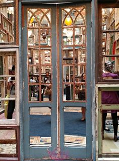 Projeto OIR - My City - CCBB  Ao olhar pelo lado de fora aquele monte de portas antigas traz a impressão de algo velho e que precisa ser reconstruído ou, pelo menos, reformado.    Ao entrar por uma das portas a gente se surpreende ainda mais, nos deparamos com o salão de um palácio.