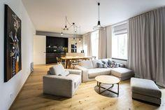 V bytě v historickém domě se zabydlela tříčlenná rodina: muž, jeho partnerka a malé dítě. Rekonstrukcí vznikl přívětivě minimalistický prostor ve střídmých barvách, který si zachoval kus dobové atmosféry.