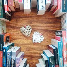 """23 aprecieri, 0 comentarii - Andrela.ro (Andreea Anton) (@andrela_ro) pe Instagram: """"Astăzi e o zi specială. Ziua în care sărbătorim cărțile 🥰. Refugiul, evadarea din cotidian,…"""" Posts, Instagram, Messages"""