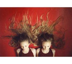 Des Jumelles Islandaises Sont Photographiées Chaque Année Par Ariko Inaoka