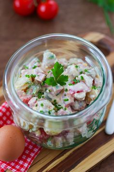 La fameuse salade piémontaise faite maison, aux pommes de terre, tomate, jambon, oeuf et cornichons