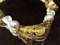 0fbe21e497e2 Detalle del collar de perlas barrocas y agua dulce con piezas de Tanzania
