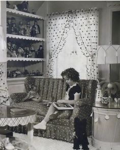 Shirley Temple in her room reading child movie star photo Temple Room, Shirly Temple, Girl Reading Book, Professional Photo Lab, Old Movie Stars, Child Actresses, Kid Movies, Vintage Photographs, Classic Hollywood