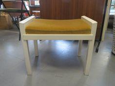 70-luvun pieni kampauspöydän jakkara/rahi. Maalipinnassa kulumajälkeä, verhoilu ehjä ja siistikuntoinen, liimaukset kunnossa. Istuinosa irtonainen.  Leveys 48 cm, syvyys 31 cm, istumakorkeus 38 cm.  20 euroa.