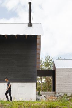 Chalet Paramount - la SHED architecture — Maxime Brouillet La Shed Architecture, Japanese Architecture, Residential Architecture, Modern Family House, Modern Lake House, Steel Barns, New Farm, Getaway Cabins, Forest House