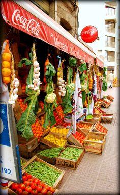 Puesto de frutas y verduras en Montevideo. Market - Outdoor market in Montevideo, Uruguay.